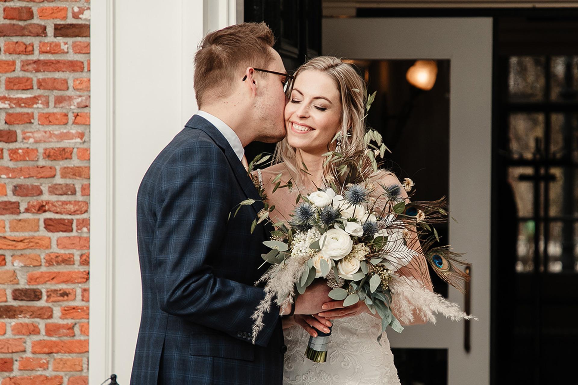 Bruid en bruidegom stappen uit de bruidsauto bij Landhuis De Oliphant in Rotterdam.